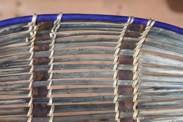Åpen fransk kurv i blå sjener av pil